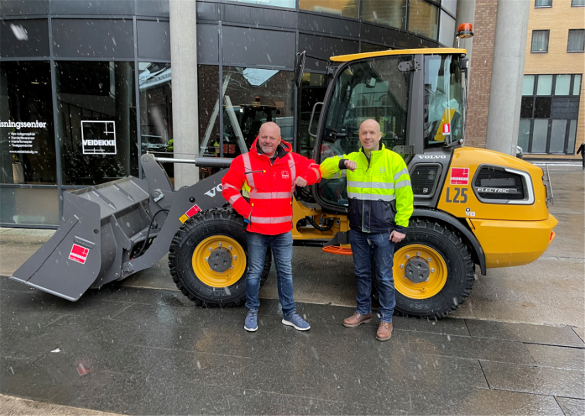 Are Ellefsrud, machine manager at Veidekke and Kenneth Hansen from Volvo Maskin Norway with the new L25 electric loader